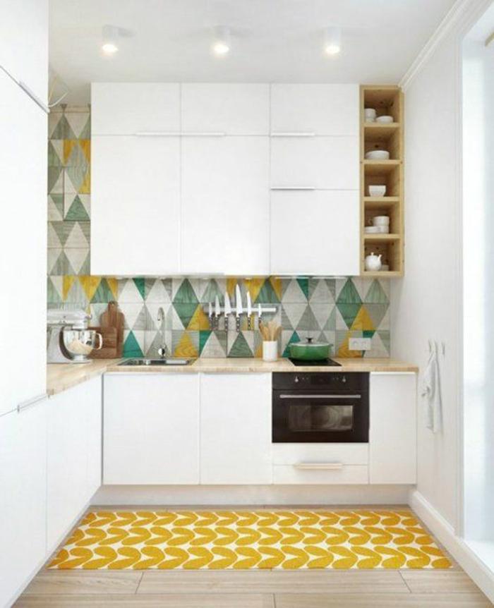 amenager-petite-cuisine-avec-tapis-jaune-sol-en-parquette-clair-dans-la-cuisine