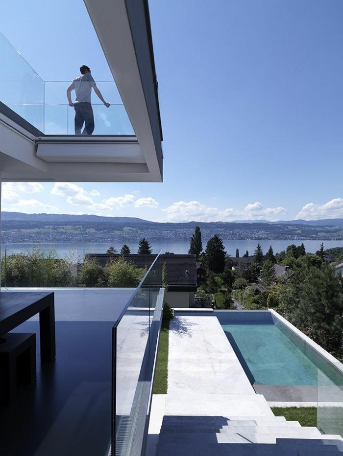 architecture-minimaliste-pour-une-maison-contemporain-en-verre-sol-en-verre-transparent
