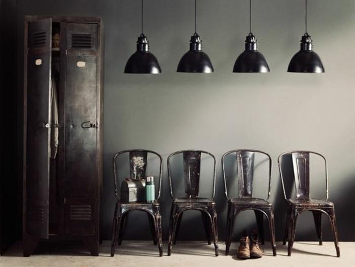 armoire-métallique-chaises-industrielles-et-suspensions-noires