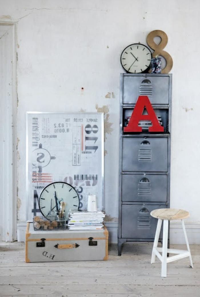 armoire-métallique-comme-un-accent-de-l'intérieur
