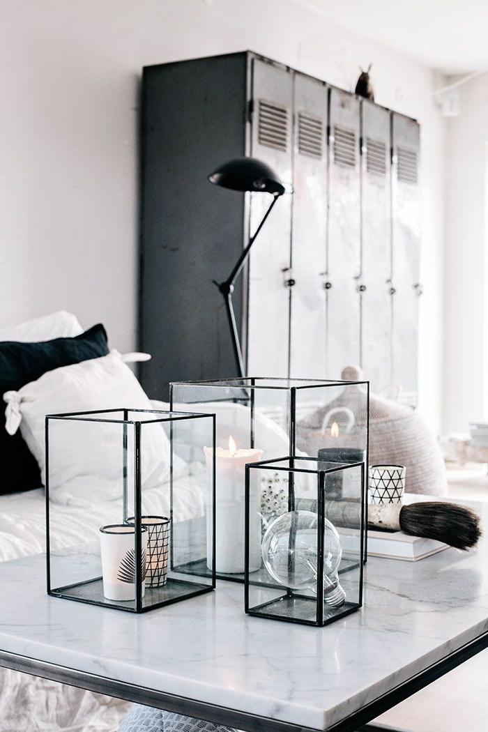 armoire-métallique-décoration-avec-bougeoirs-rectangulaires