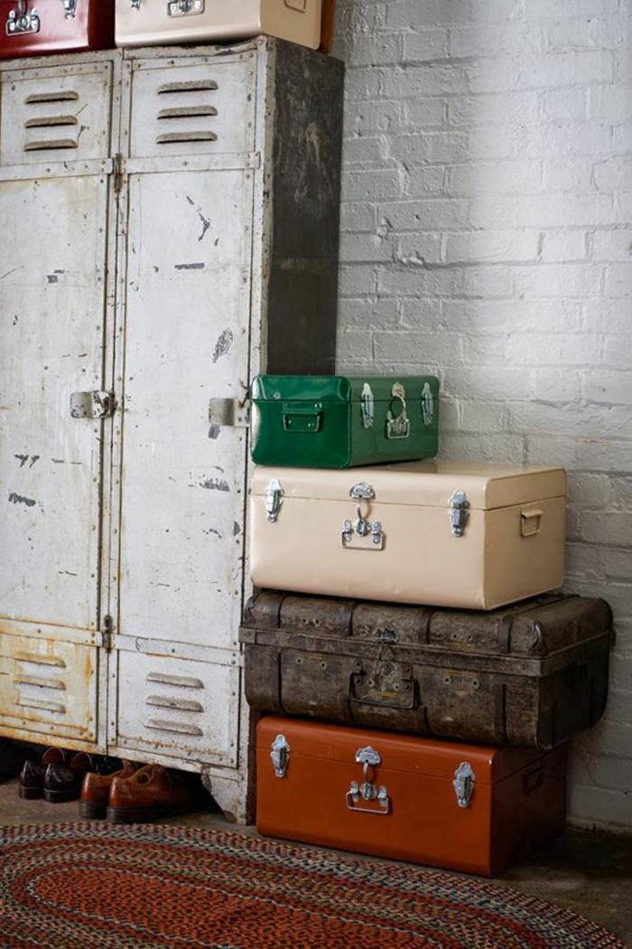 armoire-métallique-et-valises-vintage-mur-en-briques
