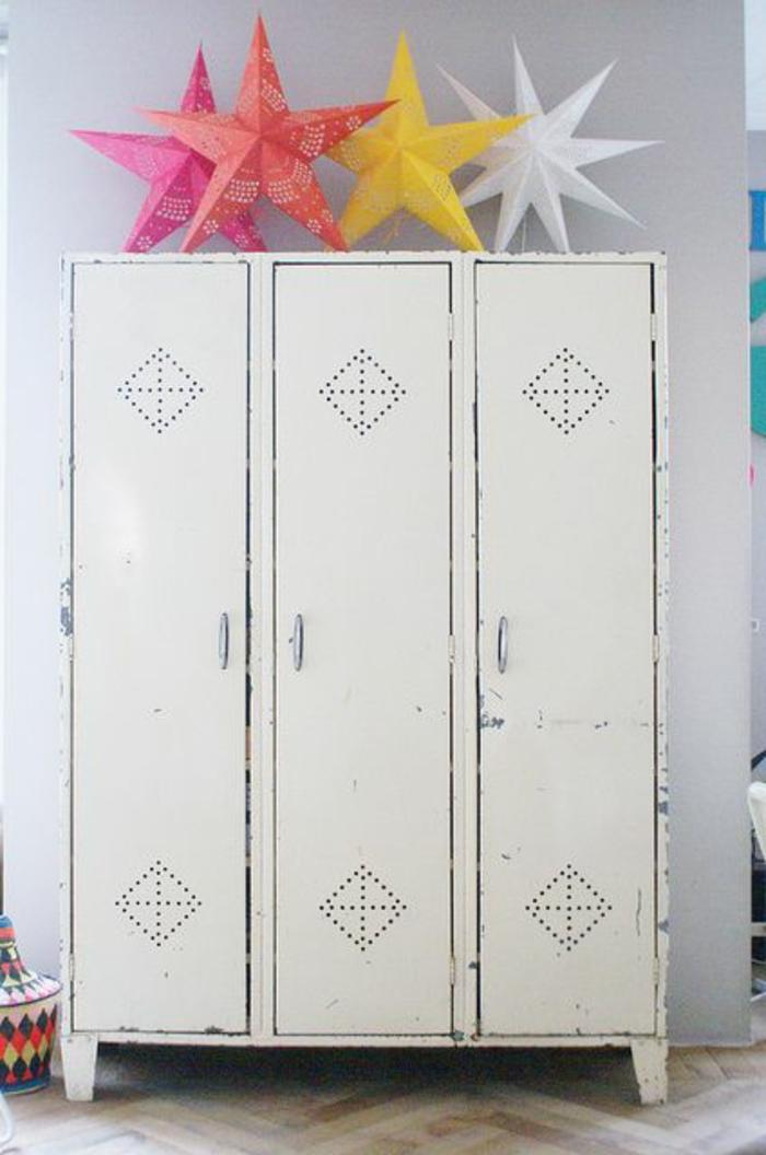 armoire-métallique-peinte-blanche-déco-mignonne-avec-étoiles