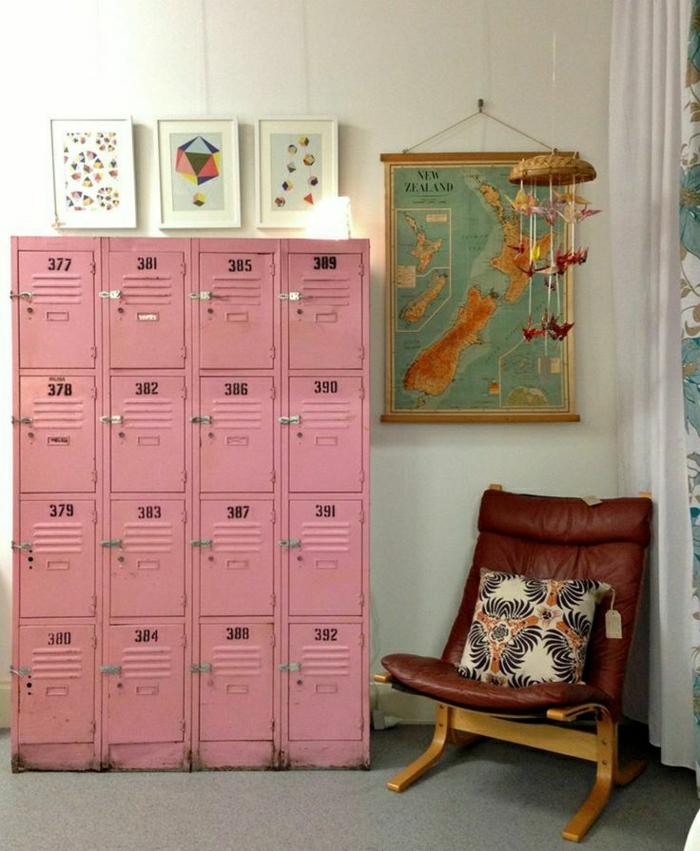 armoire-métallique-rose-avec-petits-casiers-fauteuil-en-bois-et-cuir
