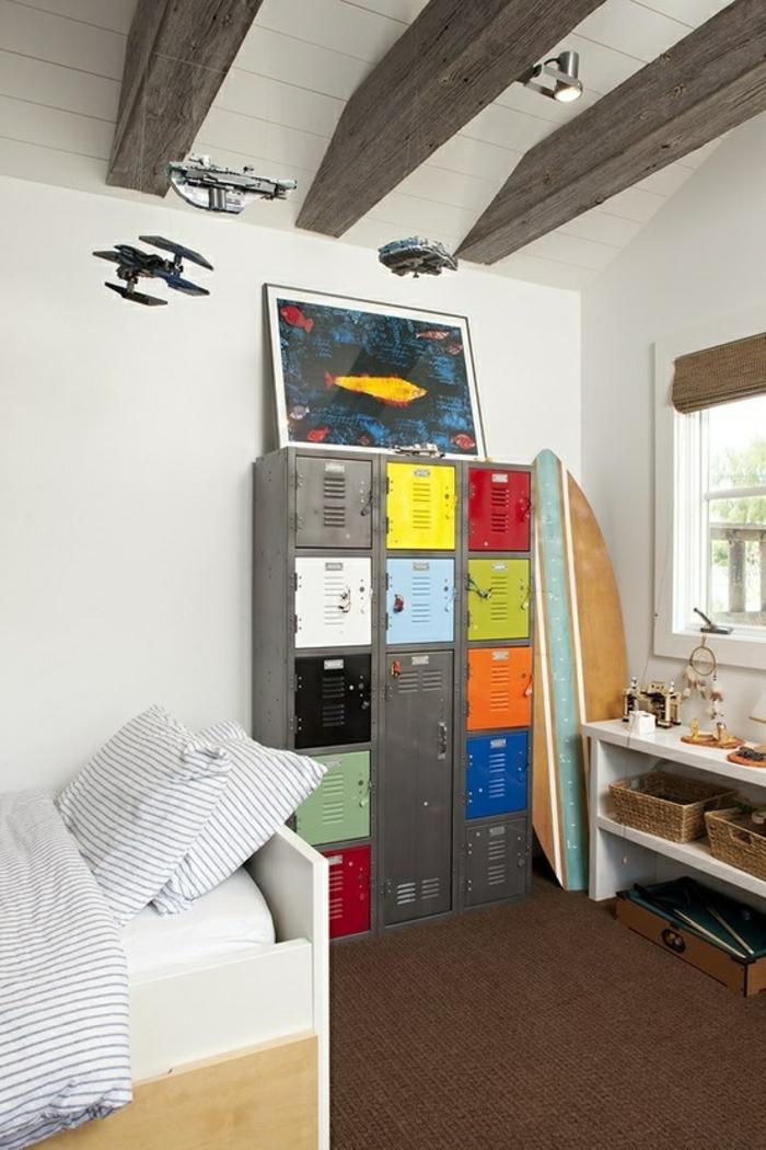 armoire-métallique-une-planche-de-surf-plafond-loft