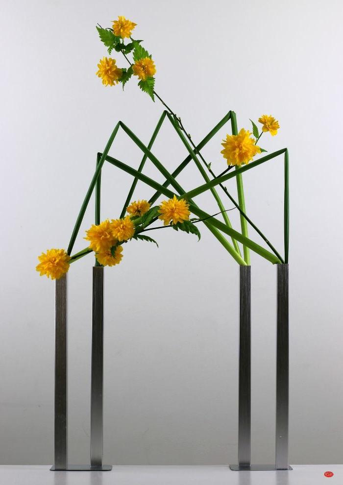 art-foral-moderne-joli-arrangement-avec-deux-vases-extravagants