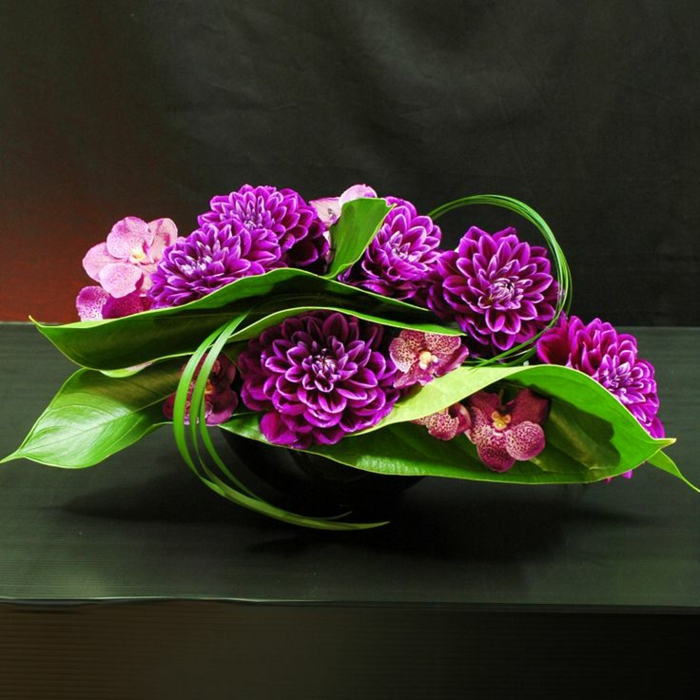 art-foral-moderne-art-avec-des-fleurs-fraîches