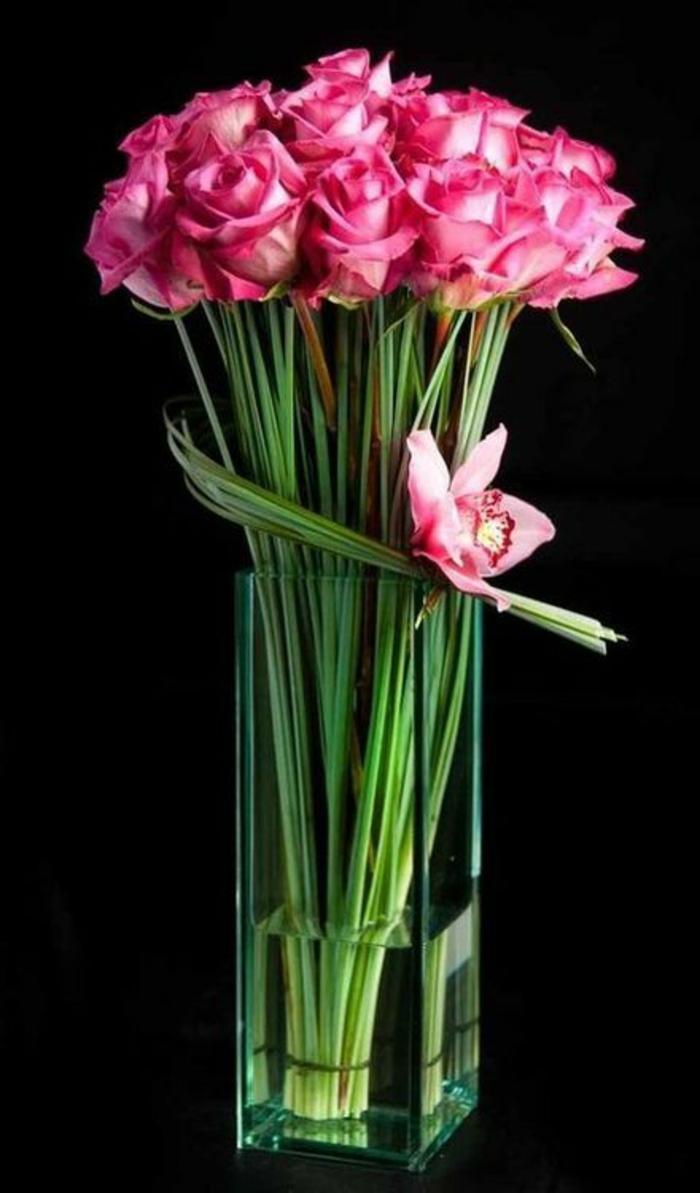 art-foral-moderne-avec-roses-et-orchidée-en-vase-transparente