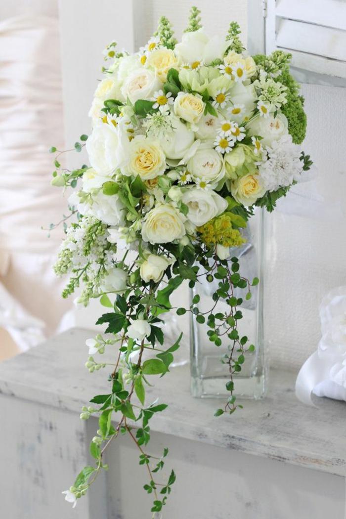 art-foral-moderne-bouquet-cascade-de-roses-blanches-et-marguerites