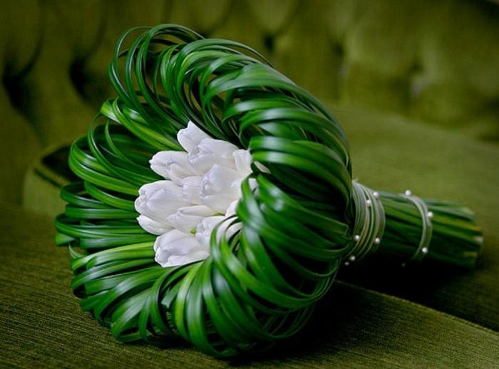 art-foral-moderne-bouquet-simple-une-seule-fleur-plusieurs-tiges-verts