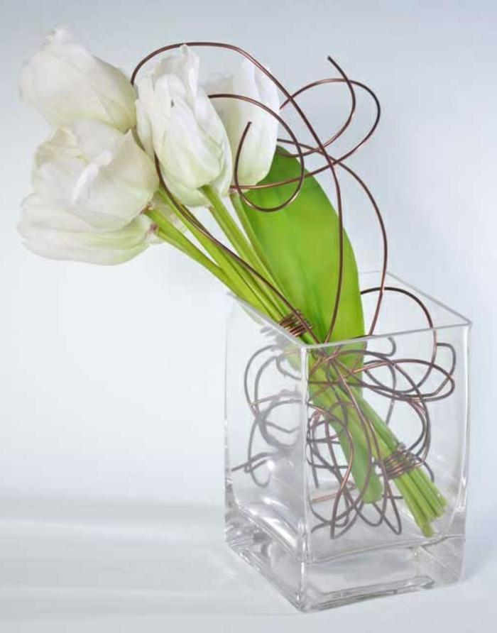 art-foral-moderne-composition-avec-fleurs-et-fils-de-métal