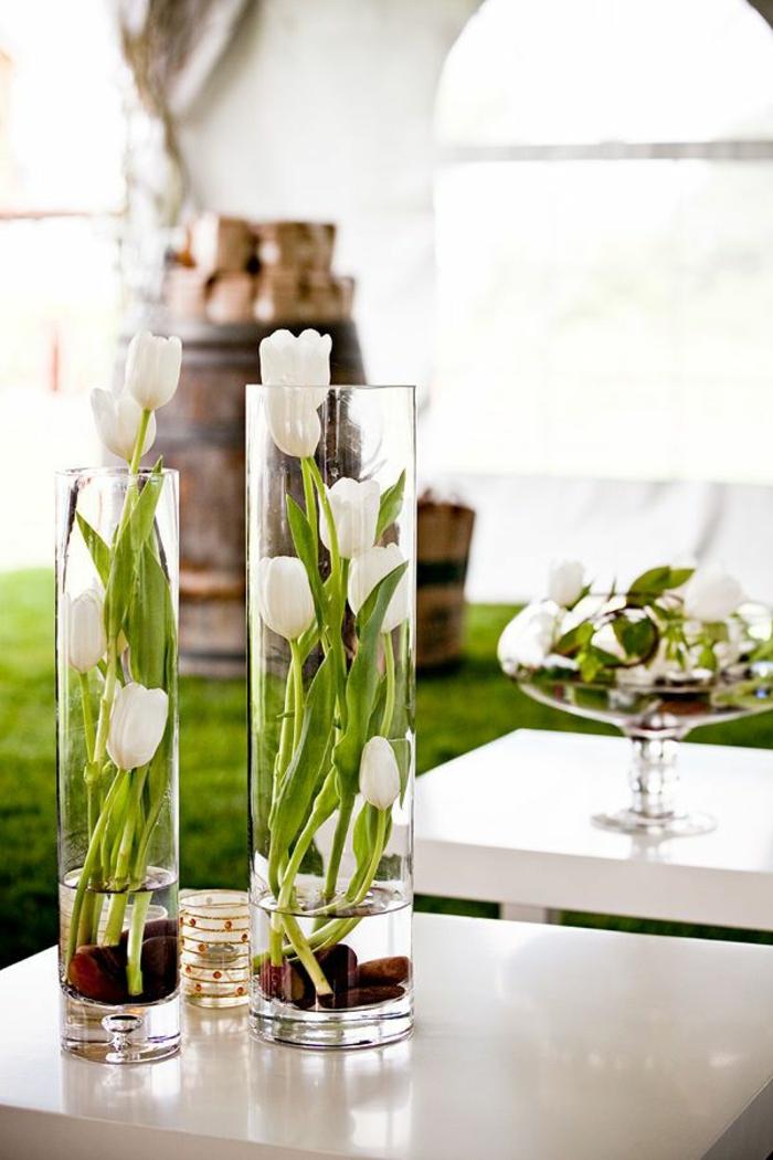 art-foral-moderne-tulipes-dans-des-vases-cylindiques