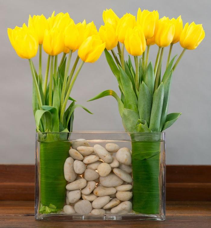 art-foral-moderne-tulipes-jaunes-serrées-en-feuilles-et-petites-pierres