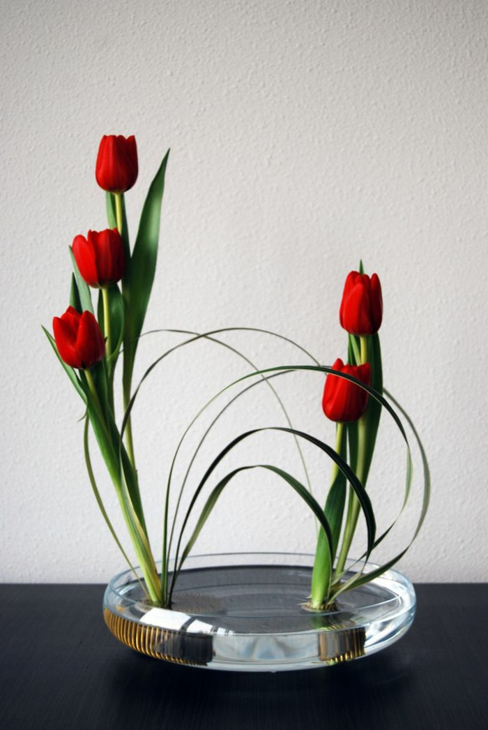 art-foral-moderne-tulipes-rouges-ikebane