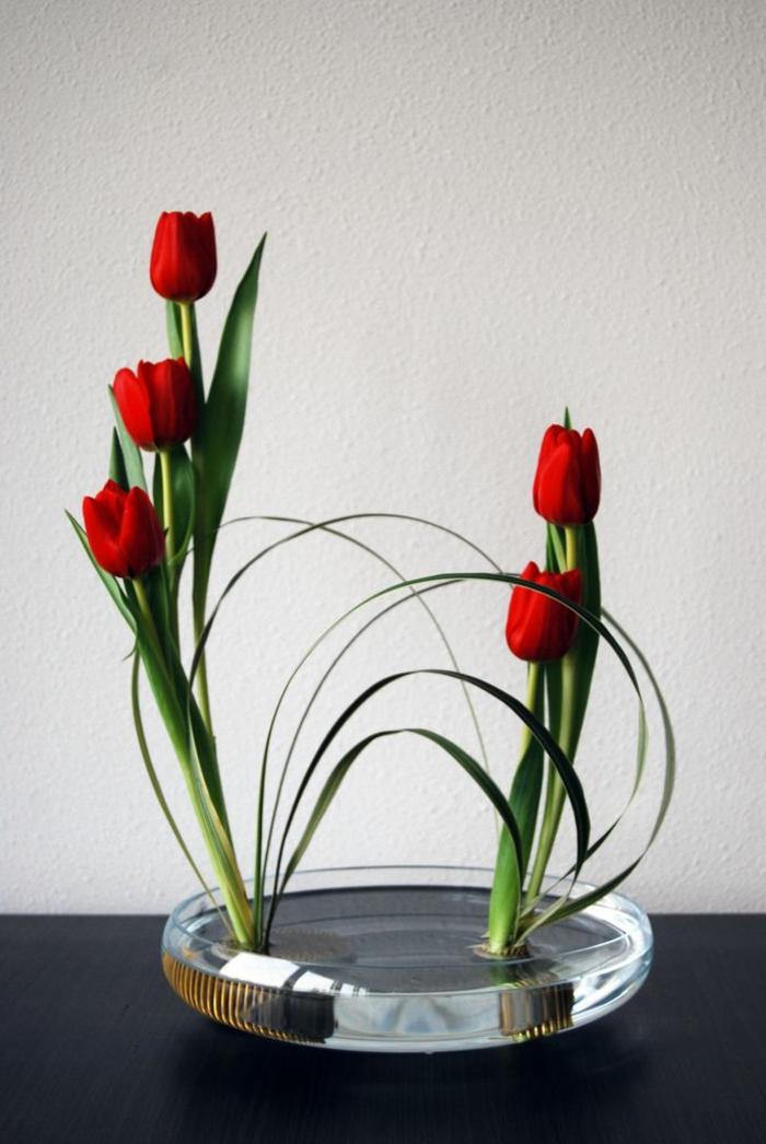 art-foral-moderne-tulipes-rouges-ikebane