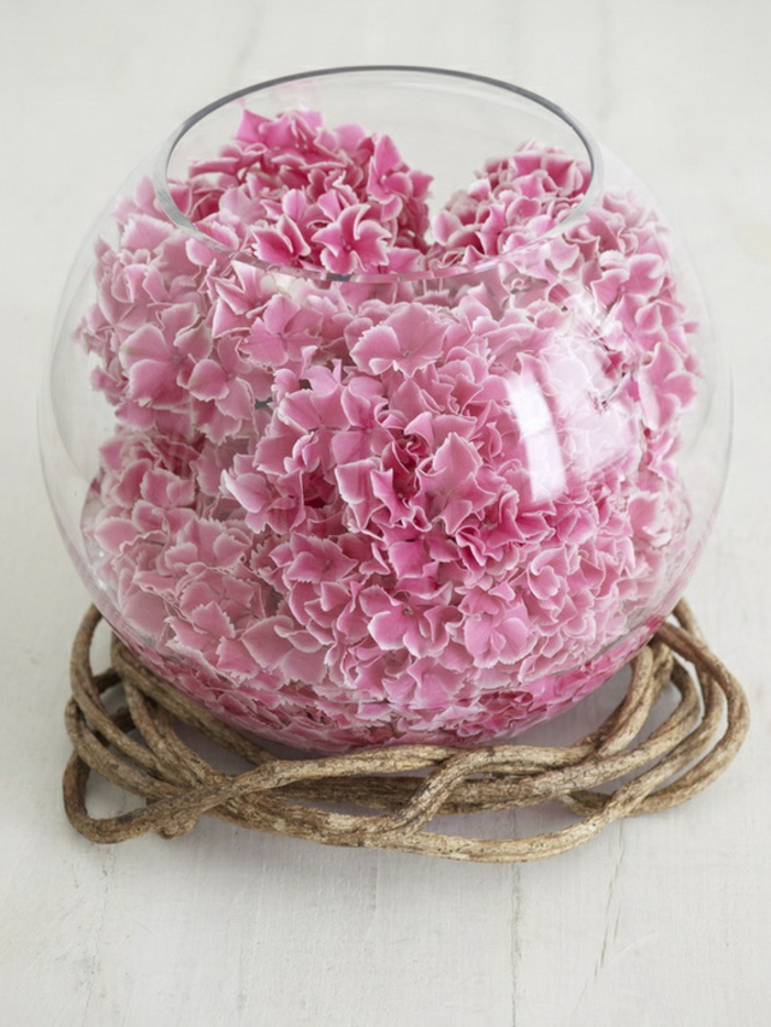 art-foral-moderne-vase-boule-pleine-avec-pétales-roses