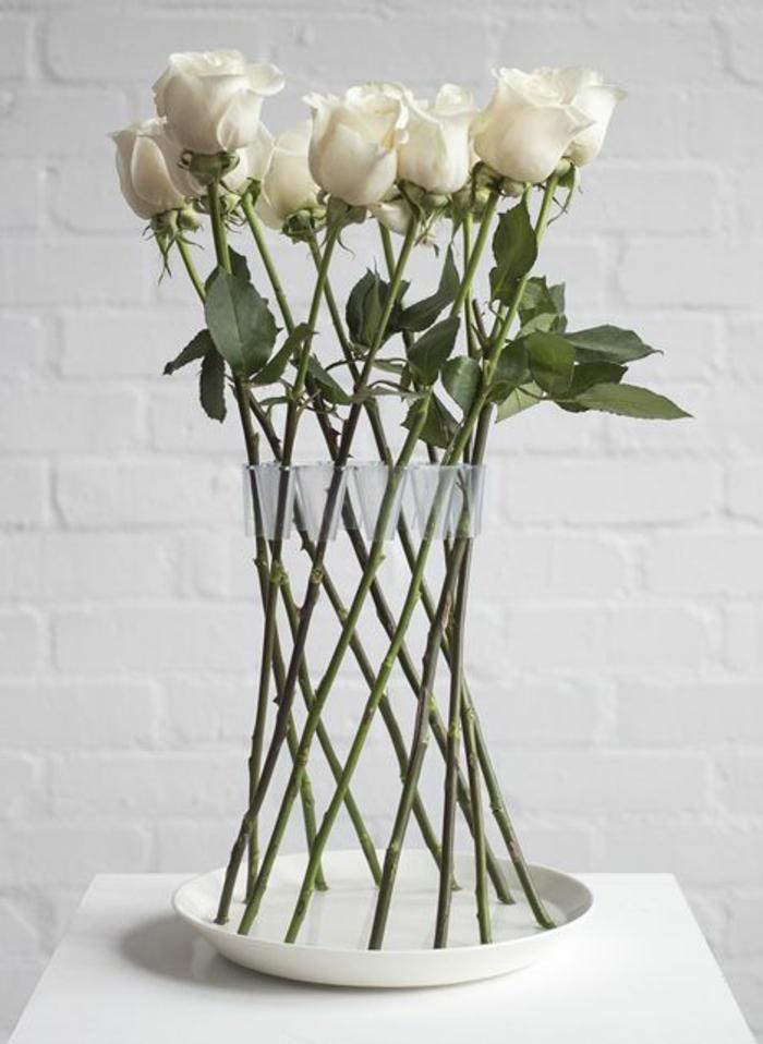 art-foral-moderne-vase-et-roses-blanches