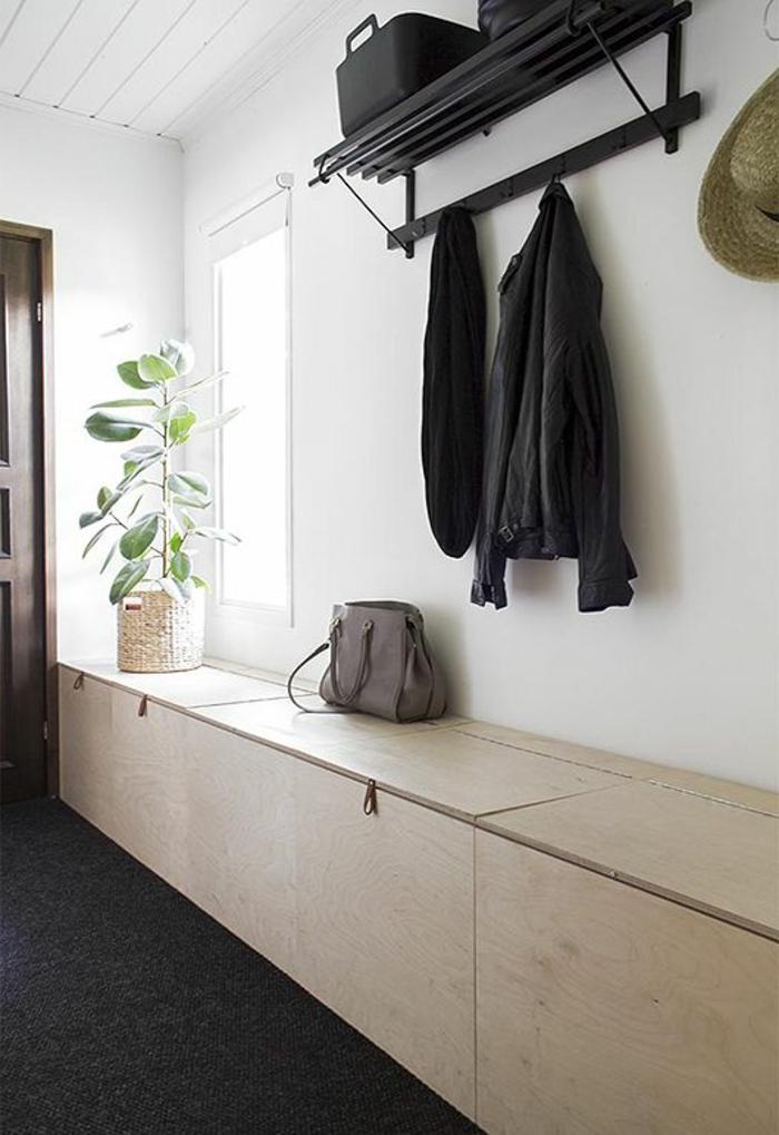 bahut-bas-dans-le-couloir-pour-l-entrée-dans-la-maison-contemporaine