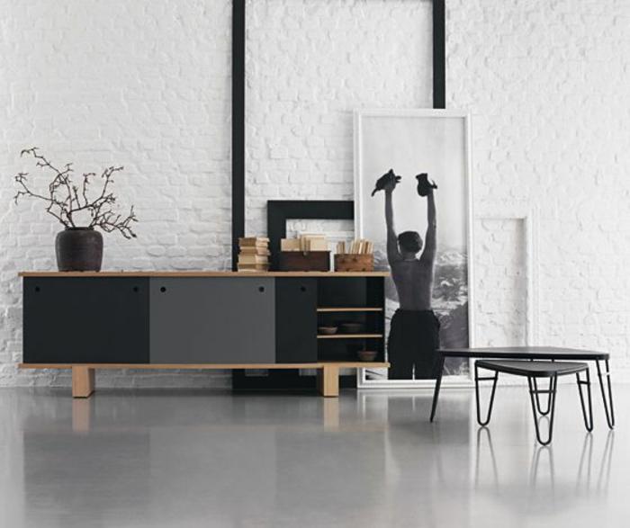 bahut-conforama-moderne-en-bois-bahut-noir-laqué-sol-en-lono-gris-salon-avec-mur-de-briques-blanca