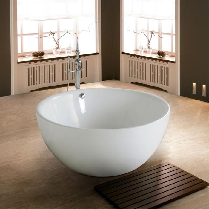 baignoire-ronde-acrylique-sur-un-sol-stratifié