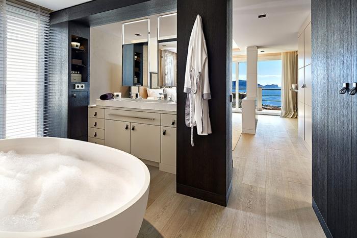 baignoire-ronde-blanche-sol-en-bois-et-meuble-blanc-sous-vasque