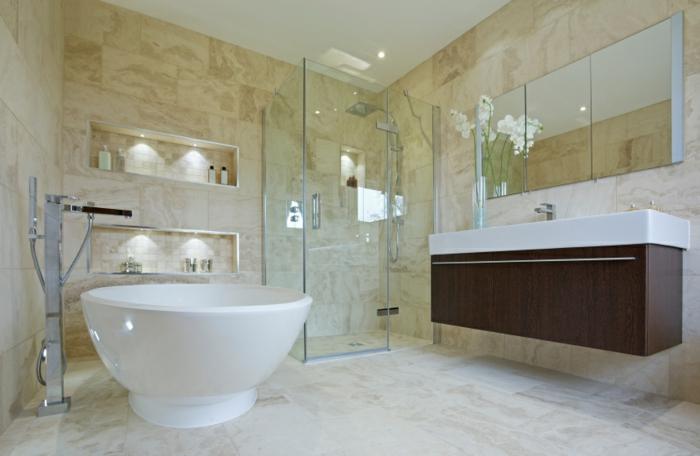 baignoire-ronde-cabine-de-douche-en-verre-et-grande-vasuqe-montée-au-mur