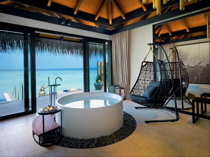 baignoire-ronde-chaise-suspendue-hôtel-exotique