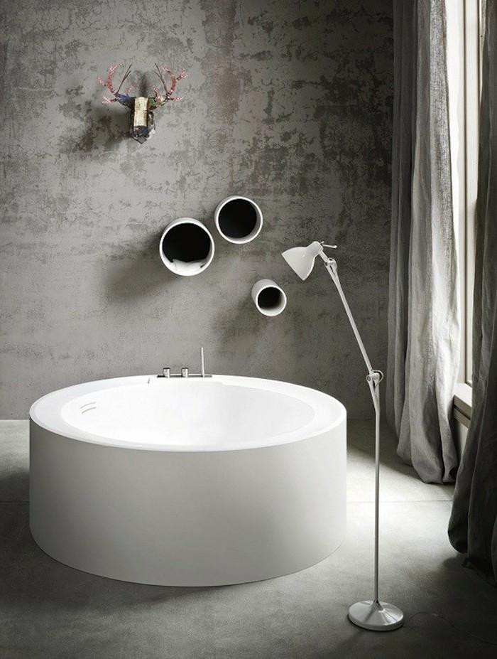 baignoire-ronde-en-blanc-murs-grislampe-sur-pied