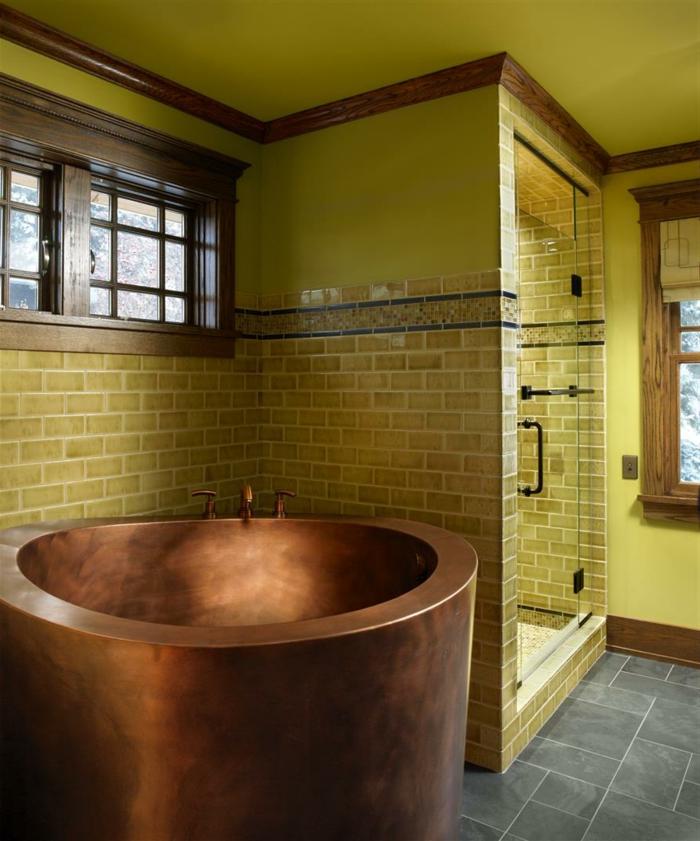 baignoire-ronde-en-cuivre-profonde-baignoire-et-tuiles-murales-jaunes