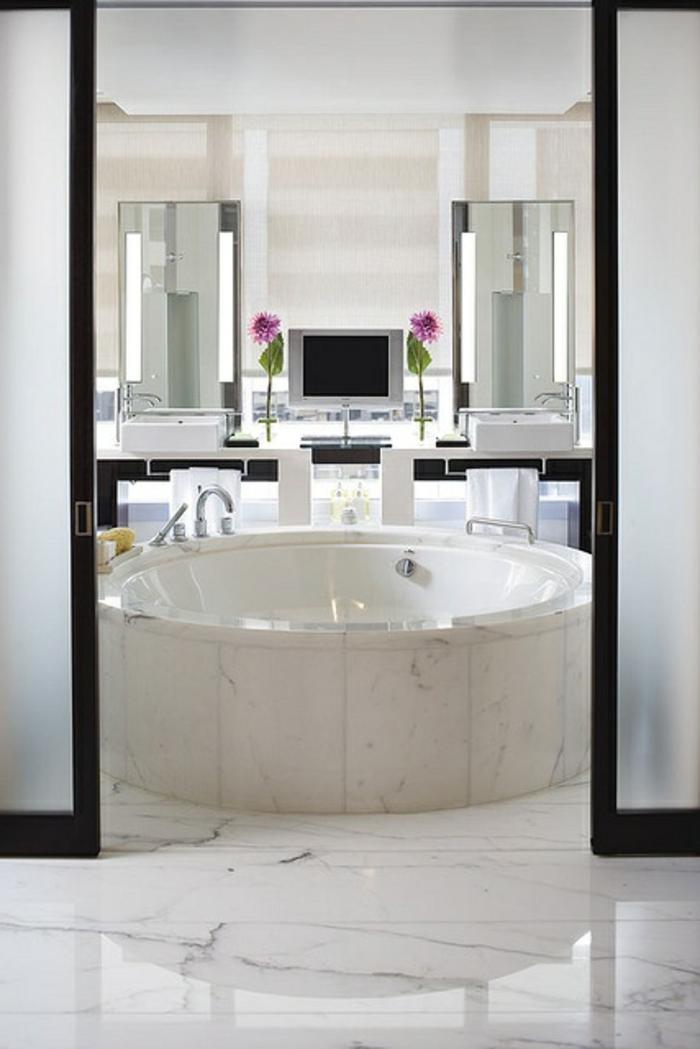 baignoire-ronde-en-marbre-blanc-deux-vasques-rectangulaires