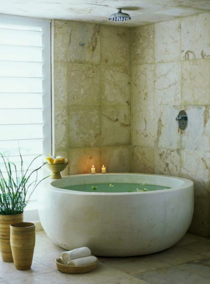 Jolis d cors avec une baignoire ronde for Baignoire petits espaces