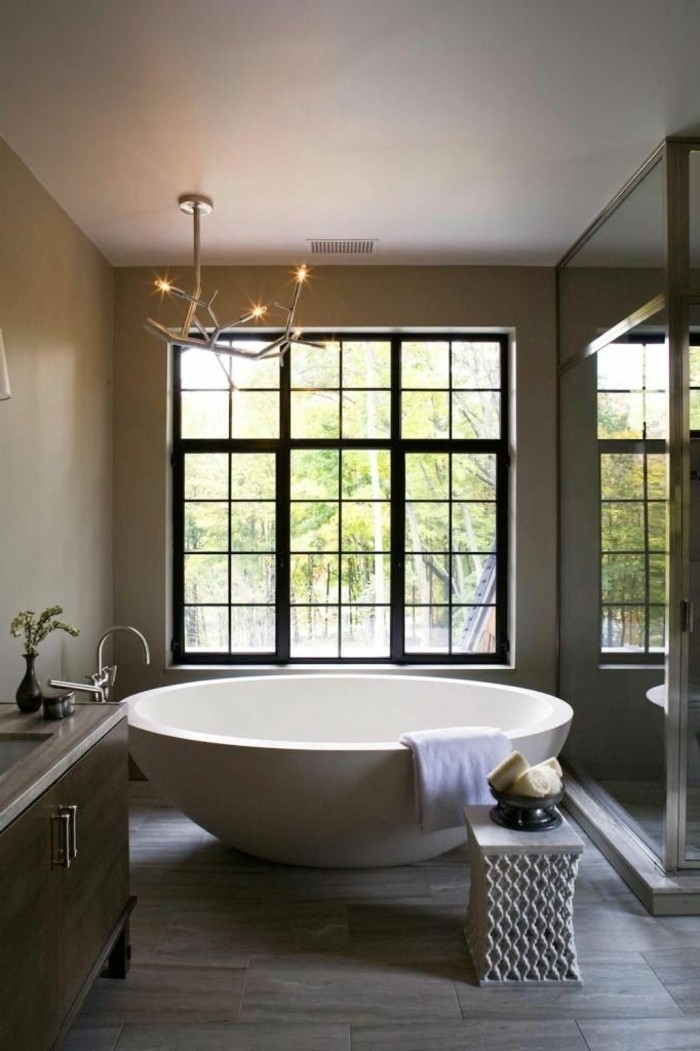 baignoire-ronde-grande-baignoire-blanche-plafonnier-original-et-grande-fenêtre