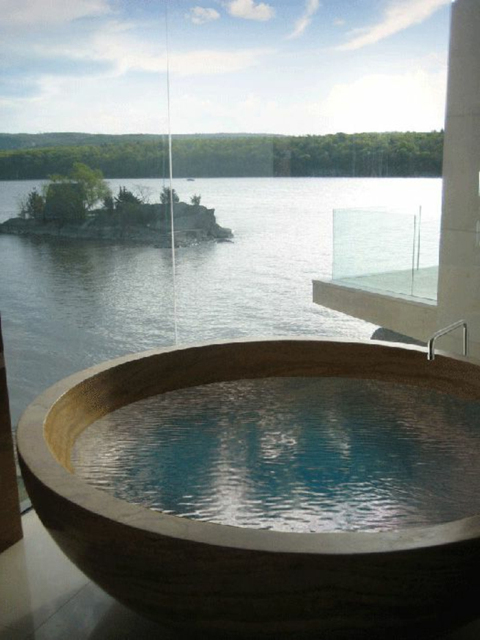 baignoire-ronde-grande-fenêtre-et-belle-vue