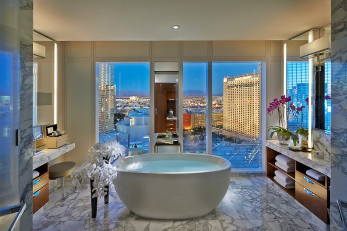baignoire-ronde-intérieur-luxueux-avec-une-vue-splendide