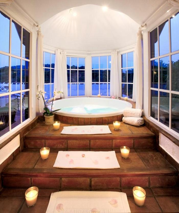 baignoire-ronde-intérieur-original-escalier-en-bois-et-décoration-bougies