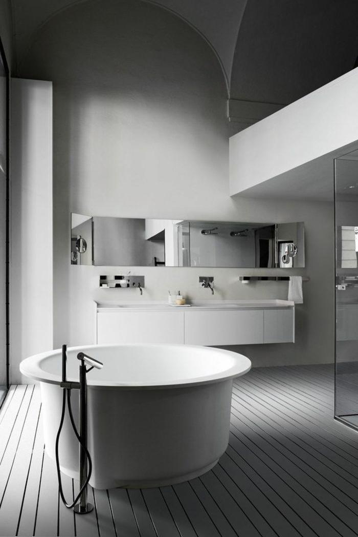 baignoire-ronde-salle-de-bains-monochrome-à-haut-plafond