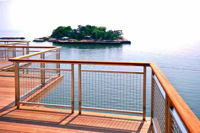 balustrade-bois-pour-la-maison-en-bois-avec-une-vue-vers-la-mer-jolie-vue-