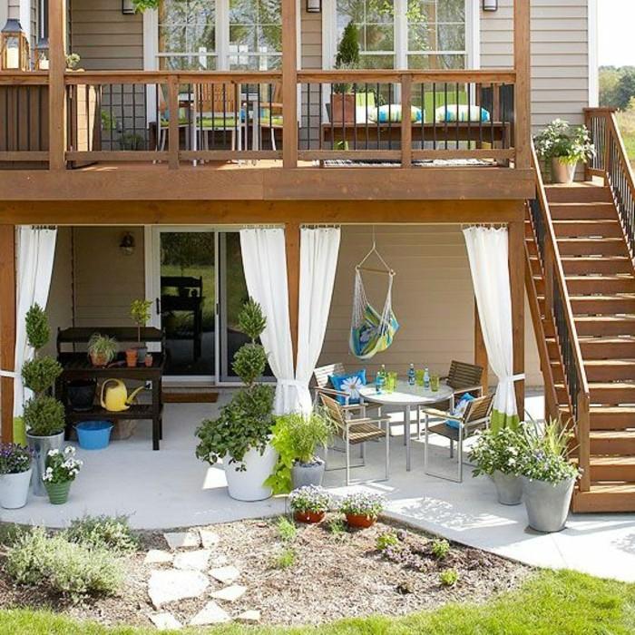 balustrade-extérieure-en-bois-foncé-pour-la-maison-en-planchers-jardin-vert-meubles-d-exterieur