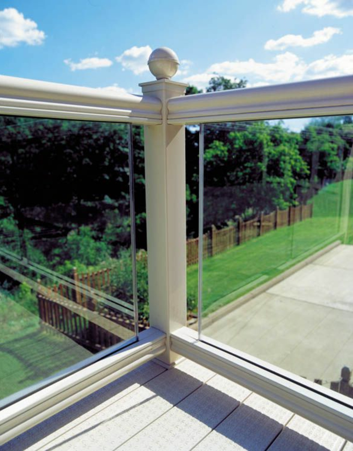 balustrade-extérieure-en-verre-transparent-pour-le-balcon-quelle-rambarde-balcon-choisir