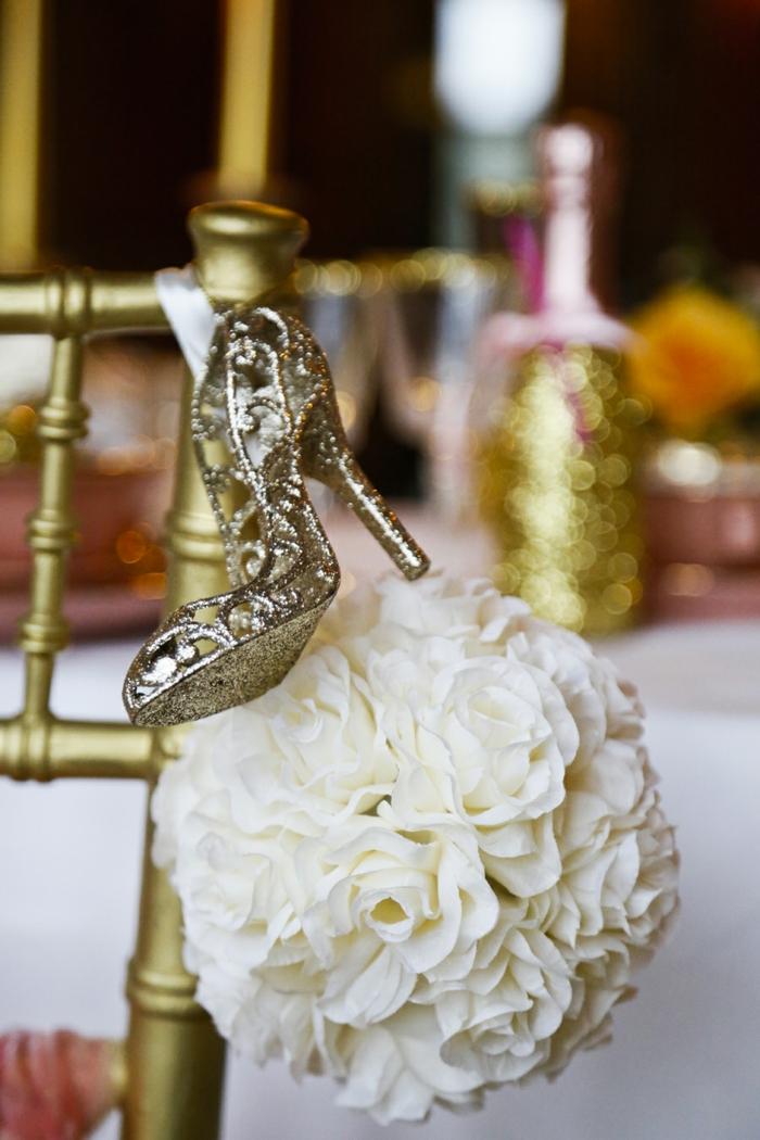beau-chaussure-de-cendrillon-film-décoration-mariage-original-idee-deco-mariage-Disney-fleurs-roses-blanches