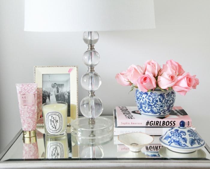 belles-idées-déco-chambre-fille-ado-adolescente-parfum-bougie-blanche-roses-vase-lampe-moderne-table-de-chevet-amenagement