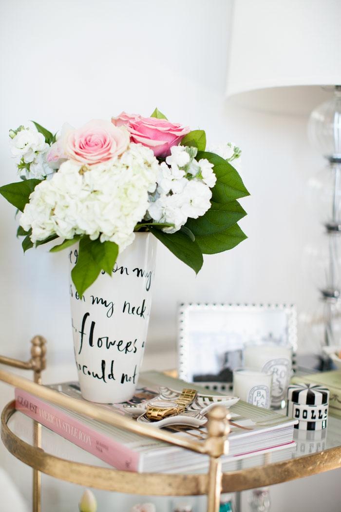 belles-idées-déco-chambre-fille-ado-adolescente-parfum-bougie-idée-aménagement-table-de-chevet-fleurs-dans-vase