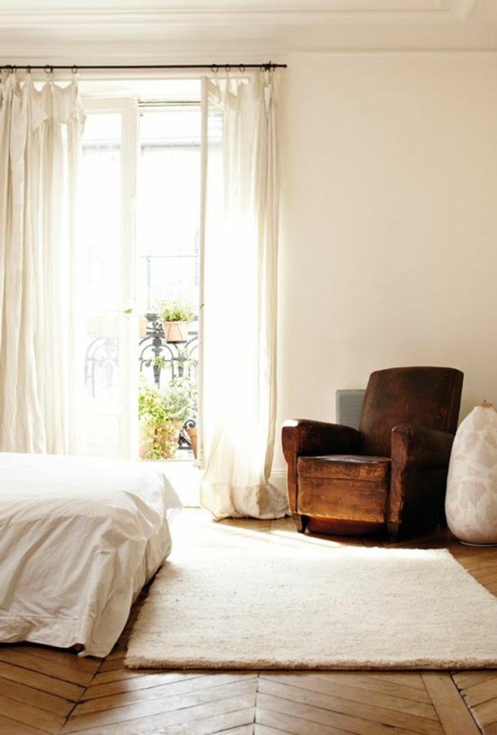bien-choisir-un-saint-maclou-parquet-en-bois-clair-dans-la-chambre-à-coucher-moderne
