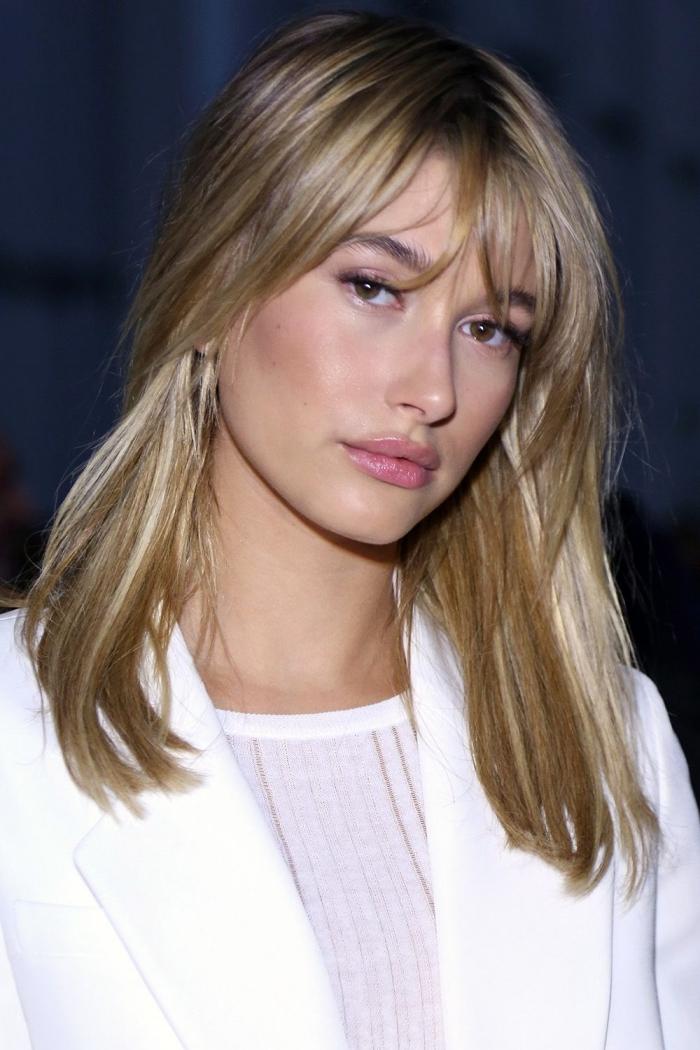 coupe de cheveux qui rajeunit, coupe de cheveux mi longs femme, idée coloration blonde sur base châtain foncé