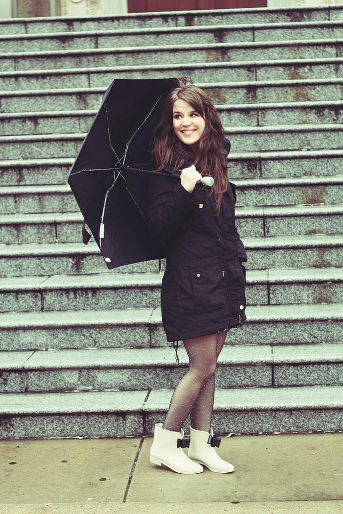botte-aigle-bottes-en-caoutchouc-idées-shaussures-pluie-paraplui-noir