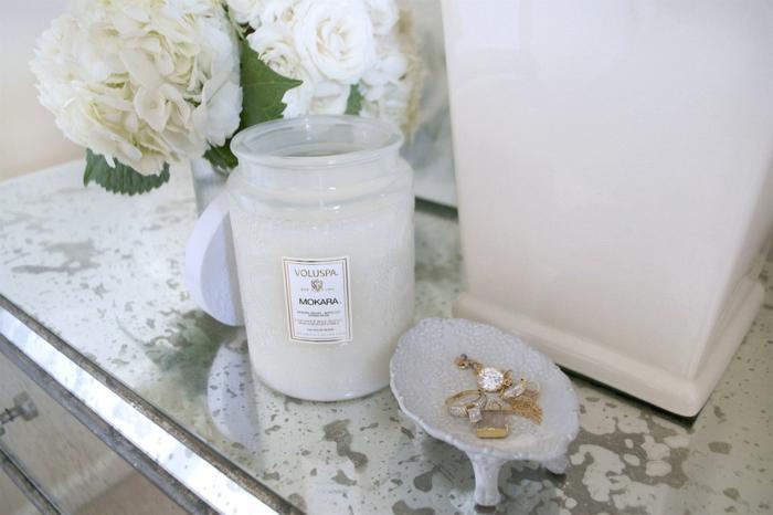 bougies-parfumées-idées-pour-la-déco-aromate-de-votre-maison-blanche-sur-table-de-chevet