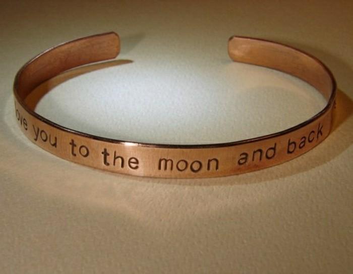 bracelet-en-cuivre-avec-phrase-romantique-gravée