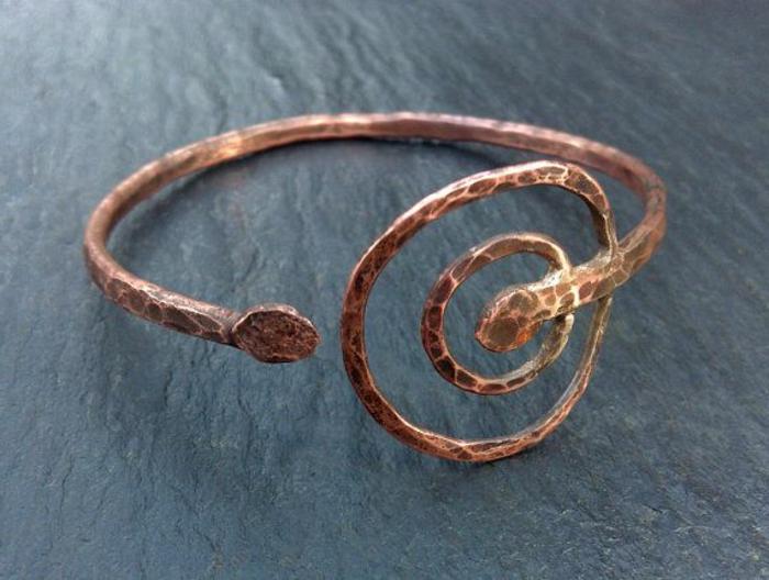 bracelet-en-cuivre-design-ancien