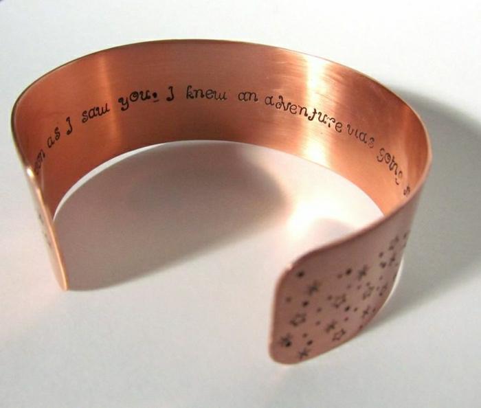 bracelet-en-cuivre-sentences-et-mots-gravés