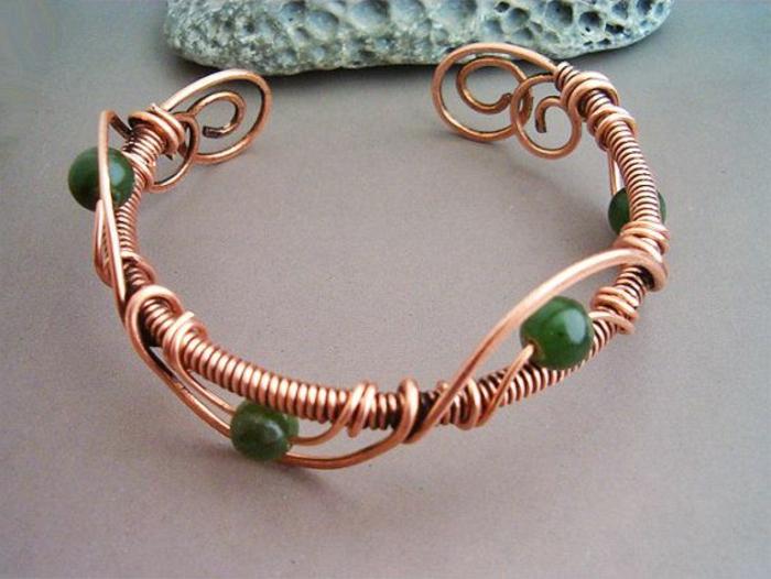 bracelet-en-cuivre-tordu-avec-pierres-vertes